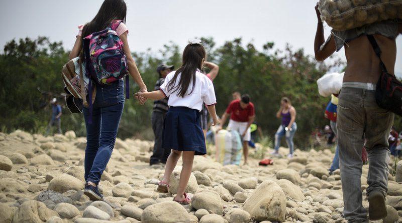 Profesores y estudiantes de Venezuela abandonan la escuela para sobrevivir
